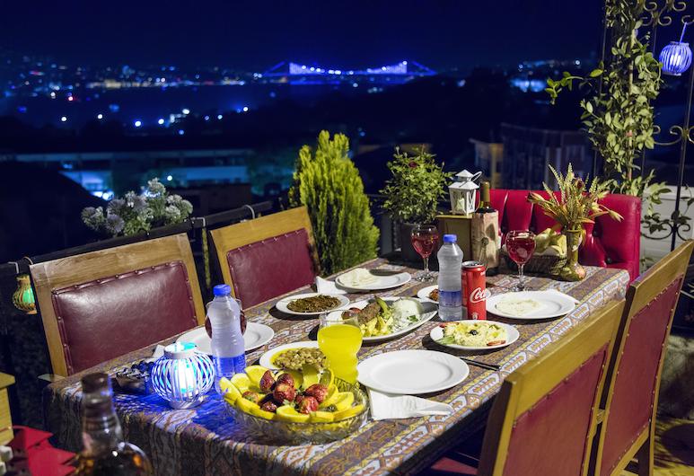 Meddusa Hotel, Istanbul, Einestamine vabas õhus