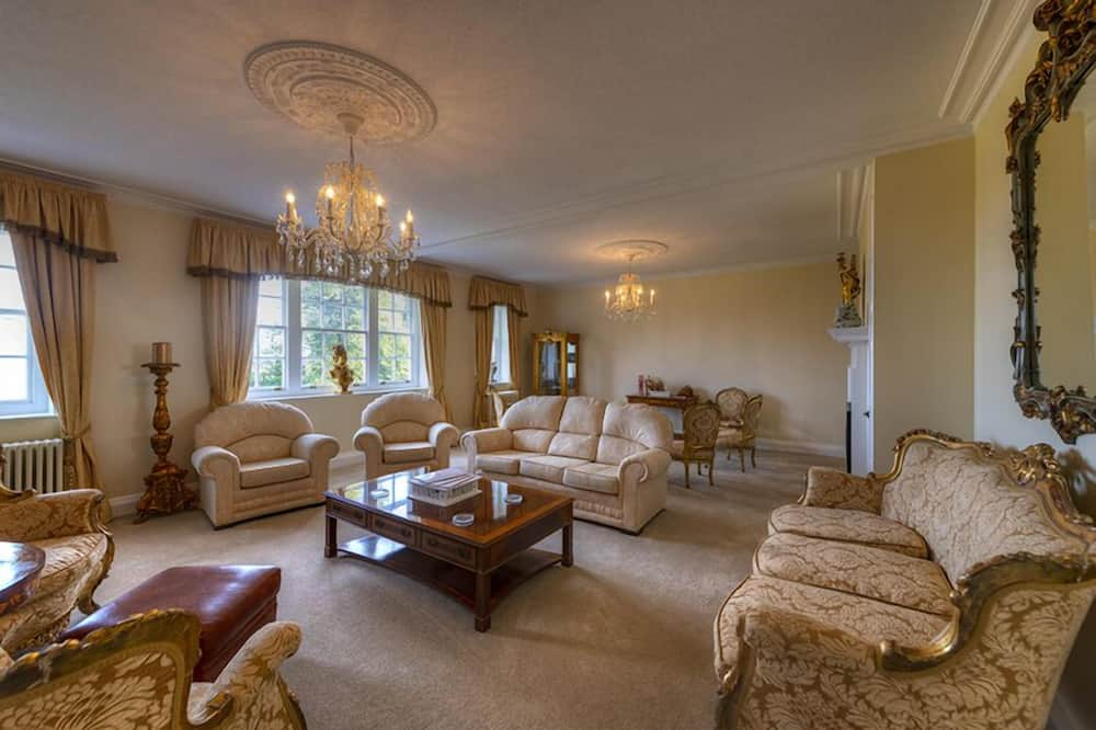 Luxury Penthouse, 3 Bedrooms (Hennessy ) - Living Area