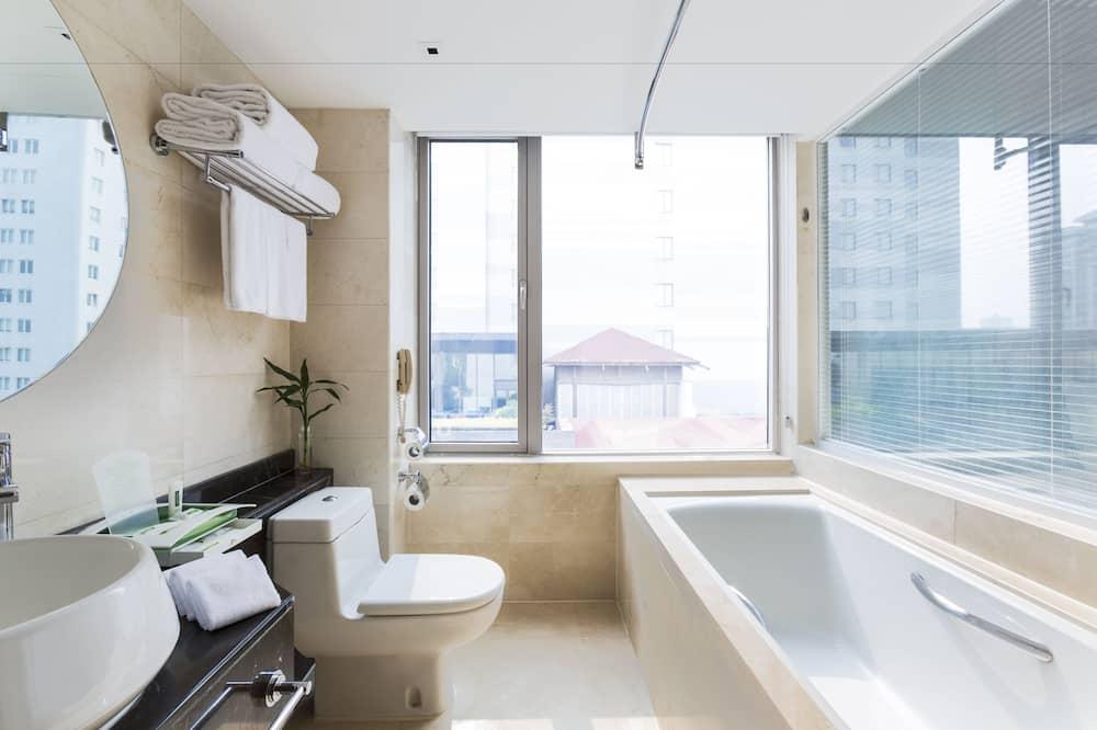 Deluxe Room (Holiday Inn) - Bathroom