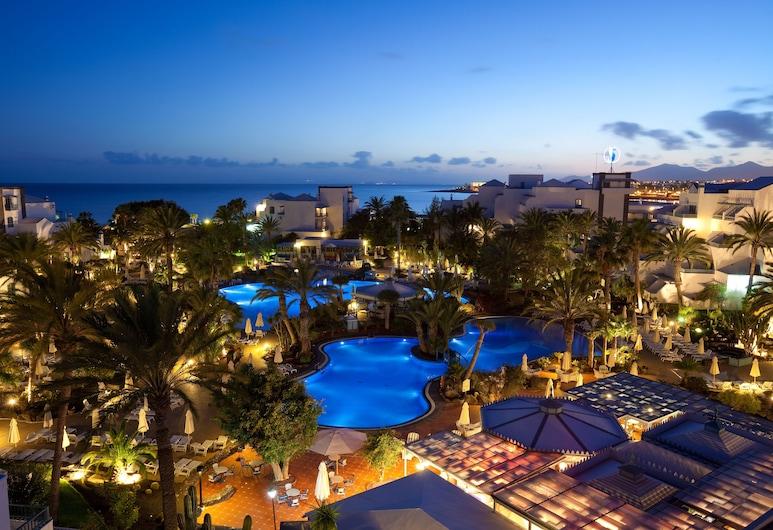 Seaside Los Jameos Playa, Tias, Viesnīcas priekšskats vakarā/naktī