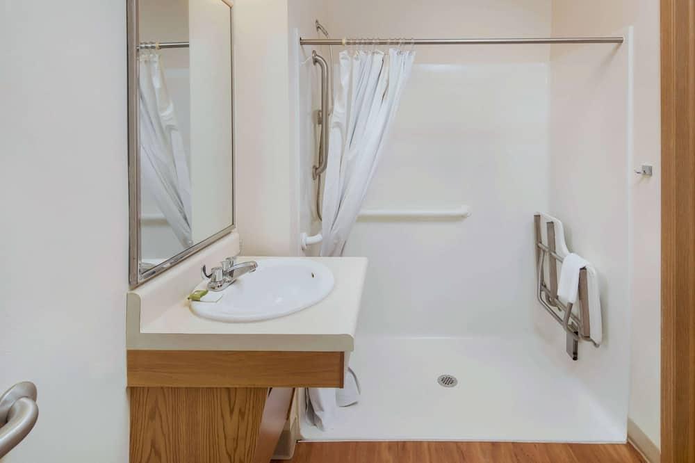 ห้องพัก, เตียงใหญ่ 1 เตียง, พร้อมสิ่งอำนวยความสะดวกสำหรับผู้พิการ, สูบบุหรี่ได้ - ห้องน้ำ