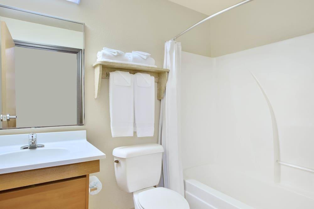 ห้องสแตนดาร์ด, เตียงใหญ่ 2 เตียง, สูบบุหรี่ได้ - ห้องน้ำ