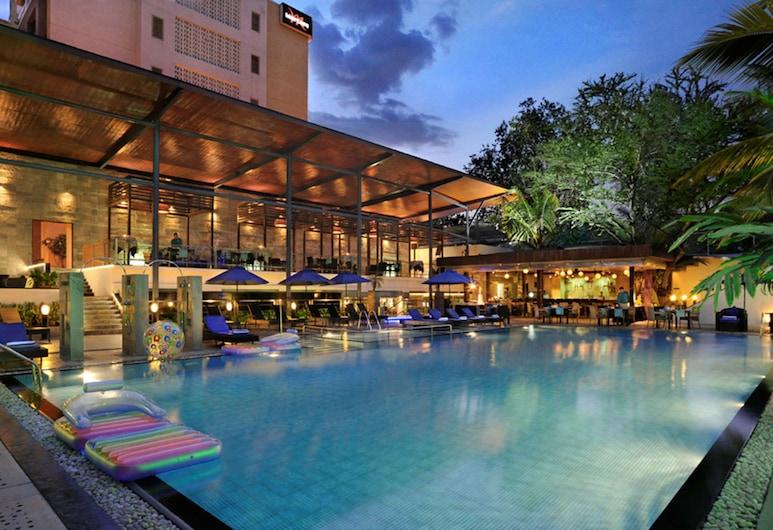 Grand Mercure Bangalore, an Accor Hotels Brand, Bengaluru, Bar vid poolen