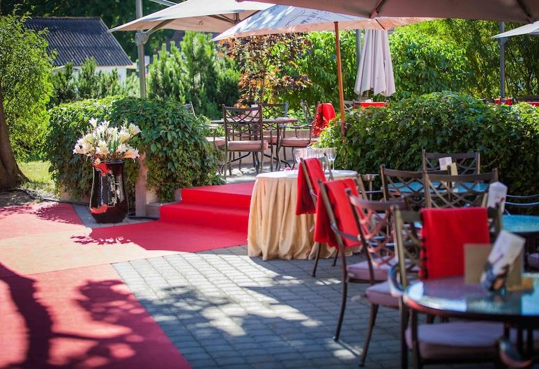 Arensburg Boutique Hotel & Spa, Saaremaa, ארוחה בחוץ