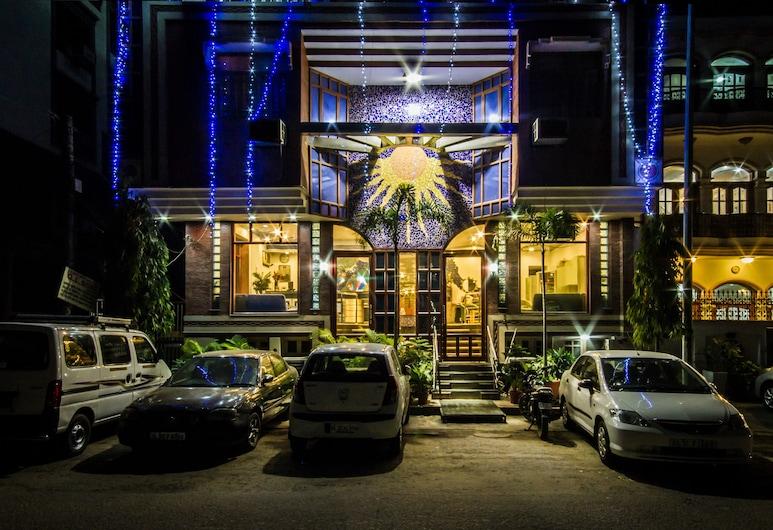 The Sun Court Hotel Yatri, Nuova Delhi, Facciata hotel (sera/notte)