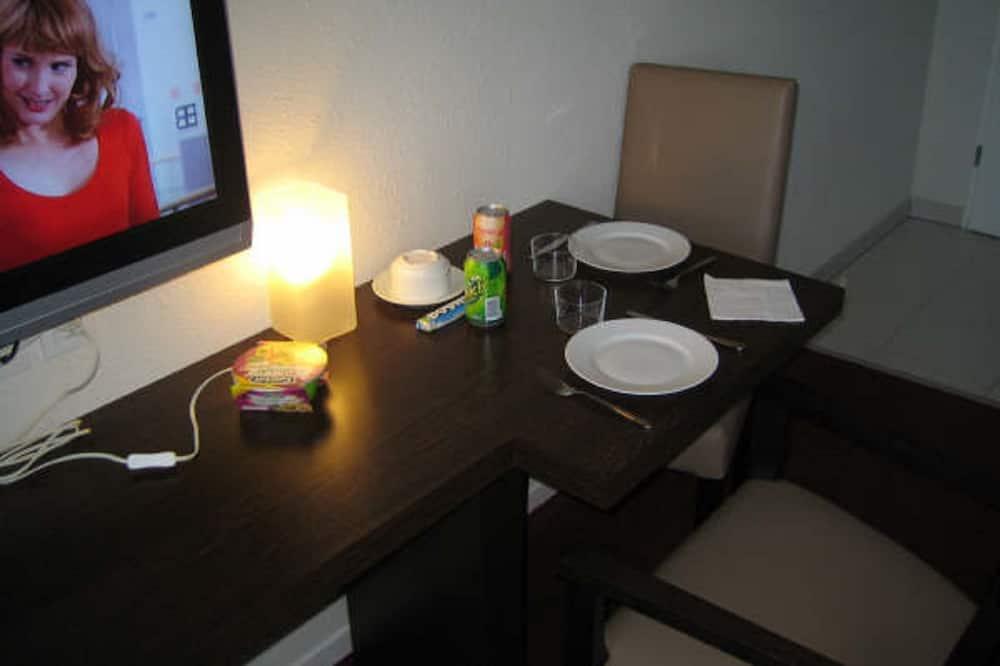 חדר טווין - אזור אוכל בחדר