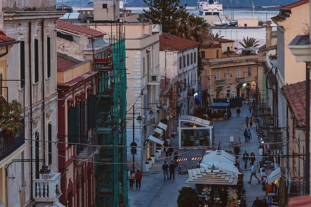 Улучшенный двухместный номер с 1 или 2 кроватями, 1 спальня, балкон, вид на город - Вид на улицу