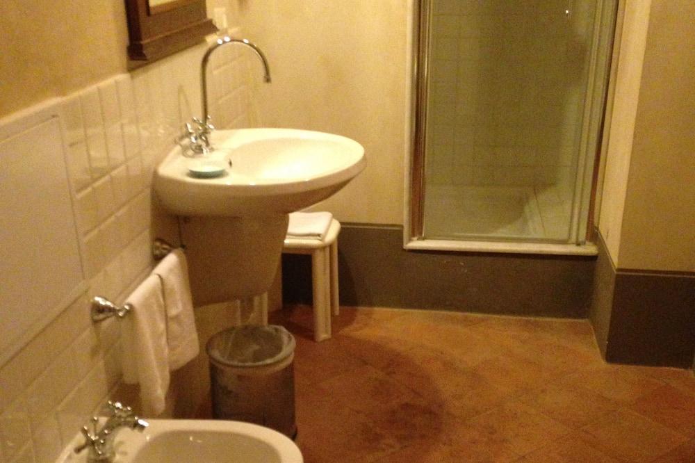 Standard Triple Room - Cuarto de baño