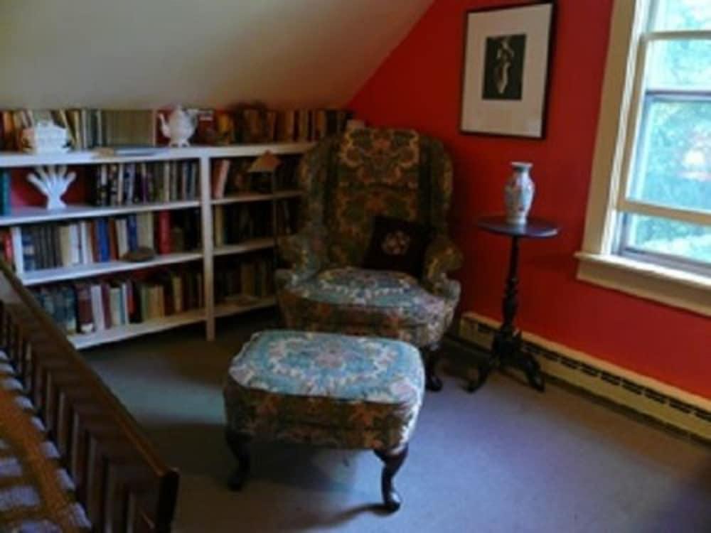 Le Vatout Waldoboro Room Robin Living Area