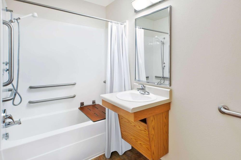 Chambre Standard, 1 lit double, accessible aux personnes à mobilité réduite (Roll-in Shower) - Salle de bain