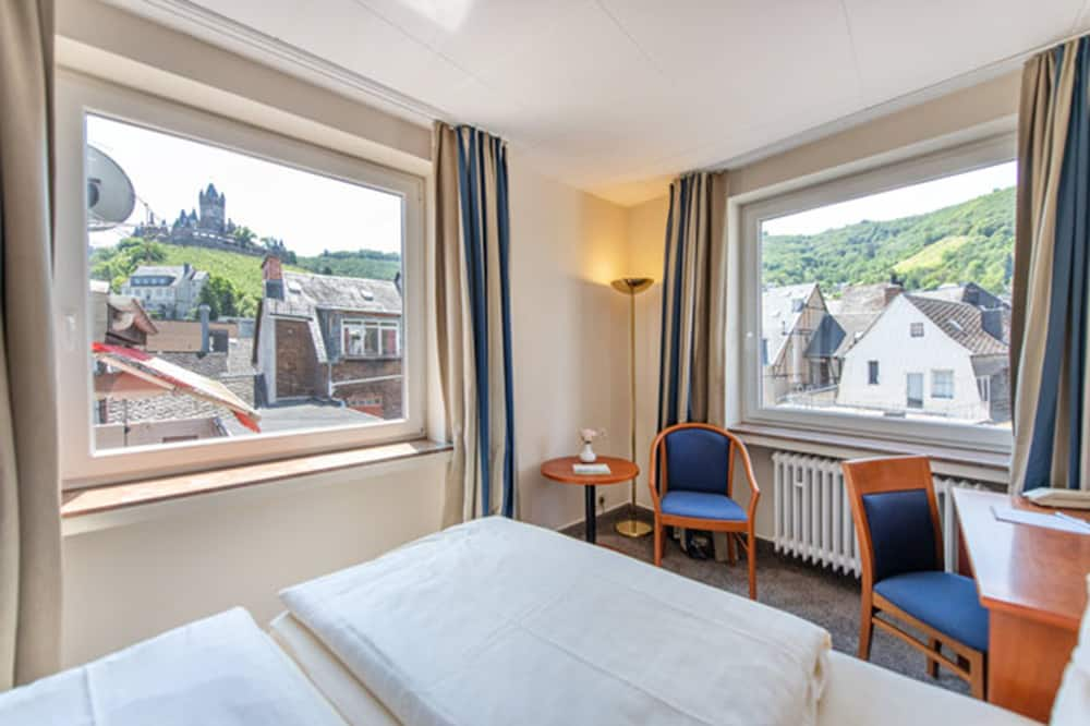 Double or Twin Room, City View - Living Area