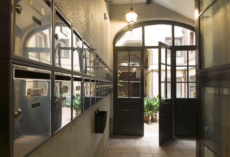 Hostal La Vera, Madrid, Courtyard