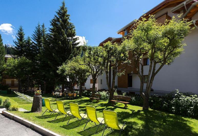 Hotel Alpina, Madonna di Campiglio, Garden
