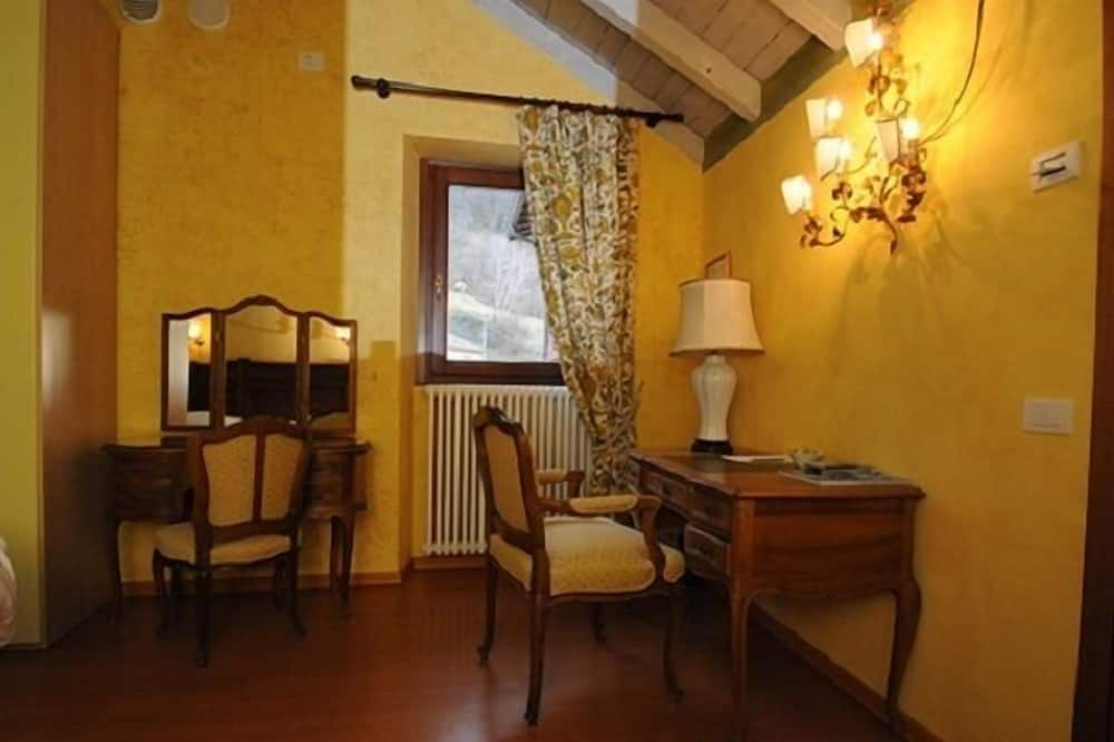 Deluxe Room, 1 Double Bed, Lake View - Living Area
