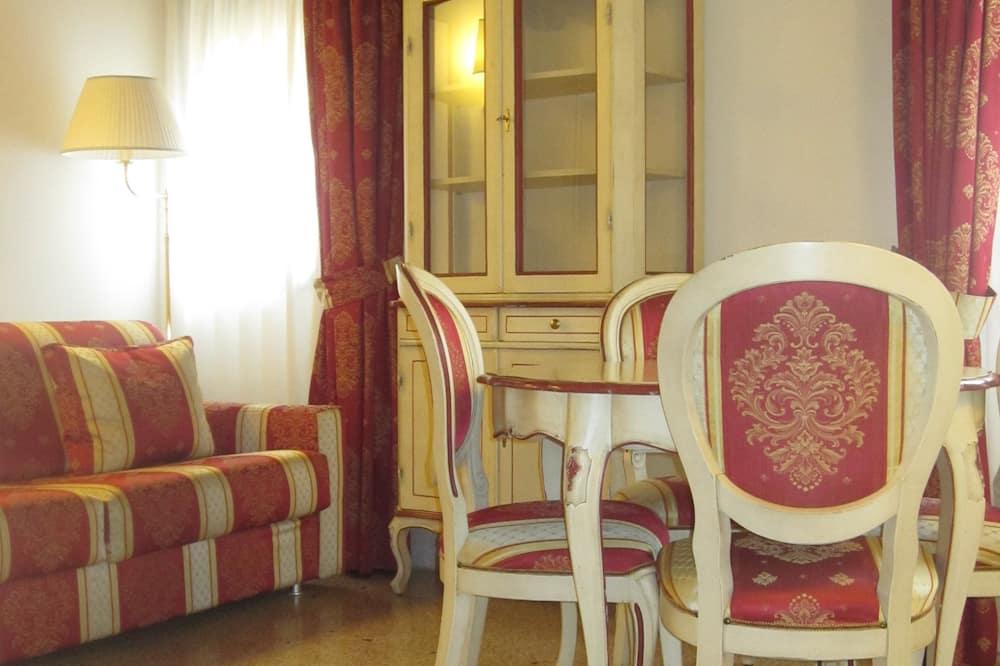 Junior Quadruple Room, Non Smoking - Living Area
