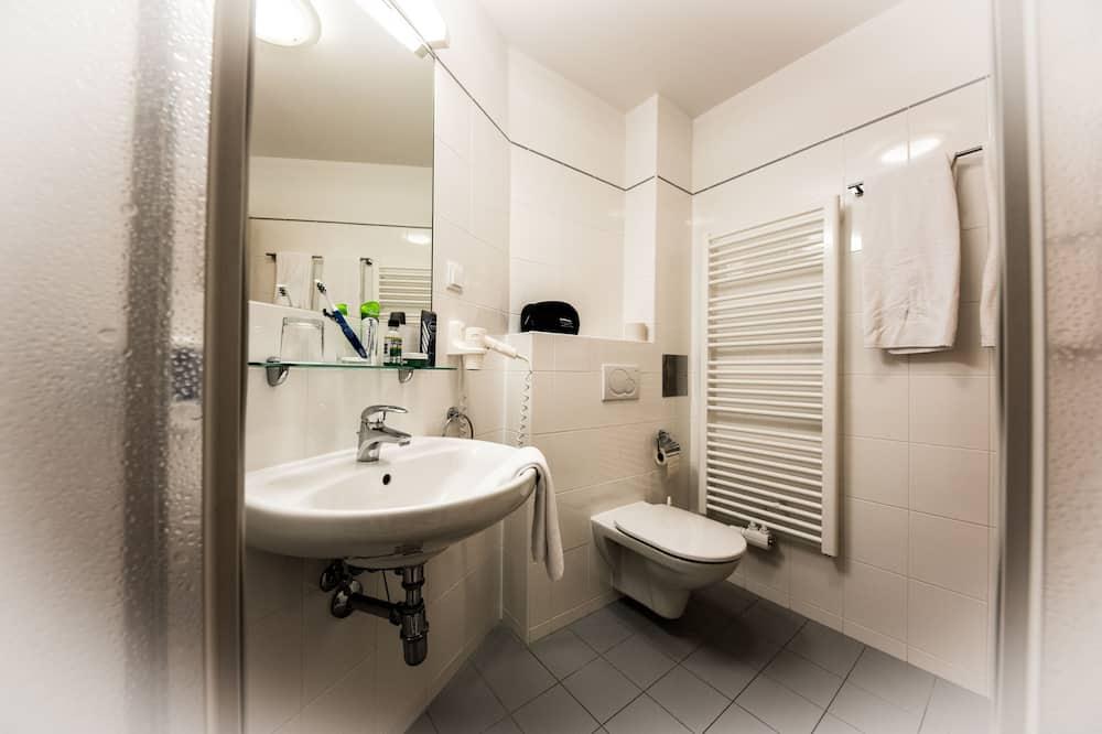 Kleines Doppelzimmer (140cm x 200cm Bett) - Badezimmer