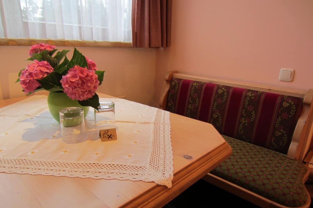 Eenpersoonskamer - Eetruimte in kamer