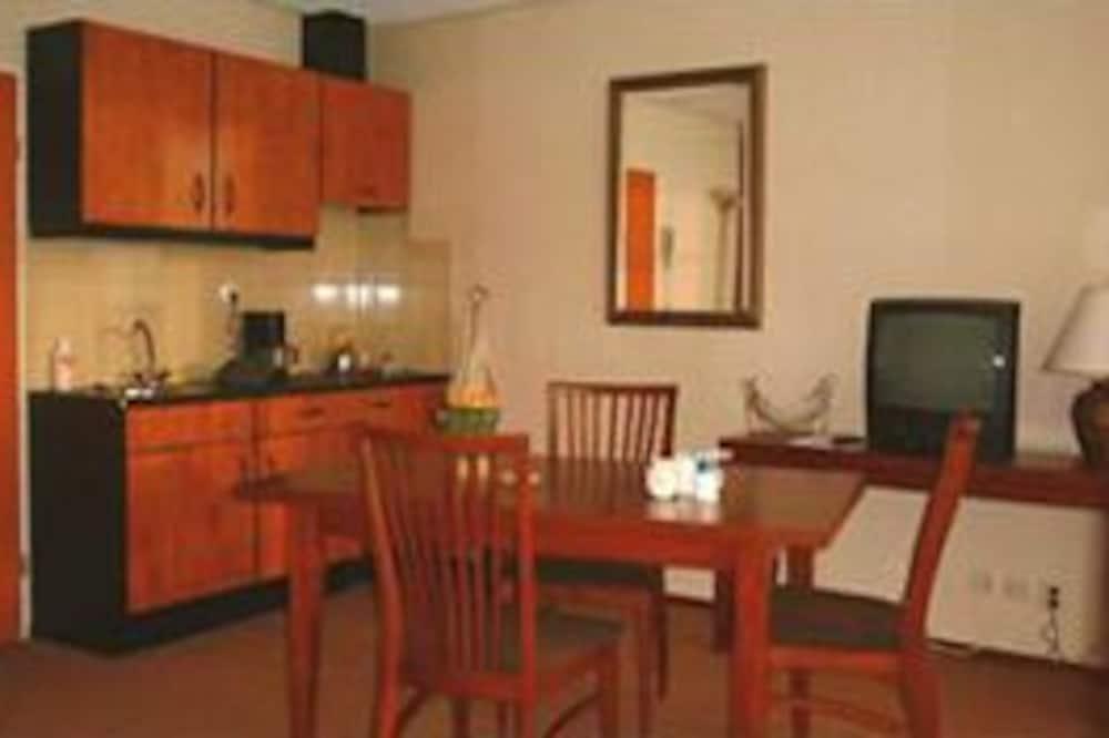 شقة ملكية - سريران فرديان منفصلان - تناول الطعام داخل الغرفة