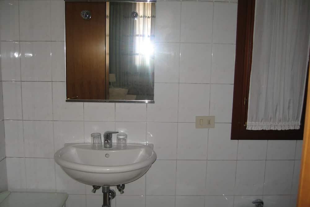 三人房, 共用浴室, 附屬建築 - 浴室