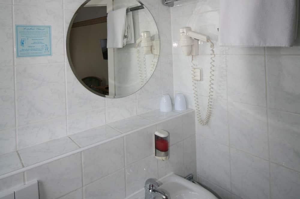 Dreibettzimmer - Waschbecken im Bad