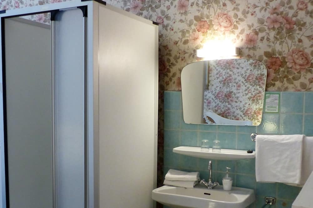 Dubbelrum (with Shower and Shared Toilet) - Badrum
