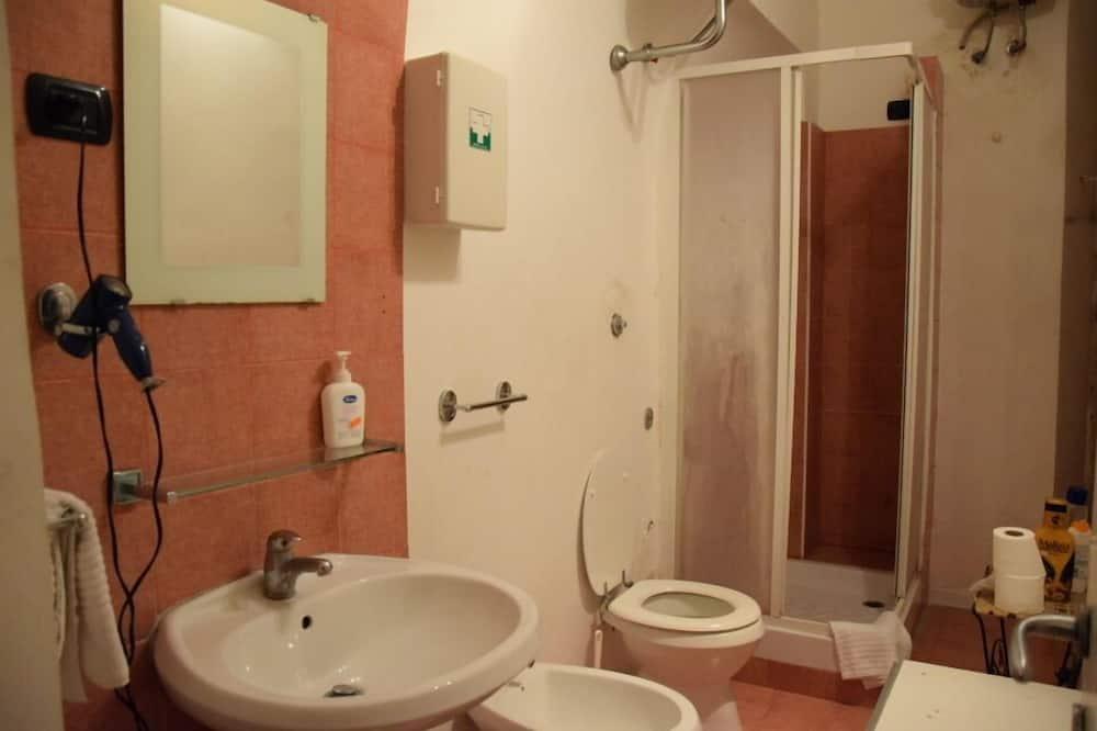 Keturvietis kambarys, bendras vonios kambarys - Vonios kambarys