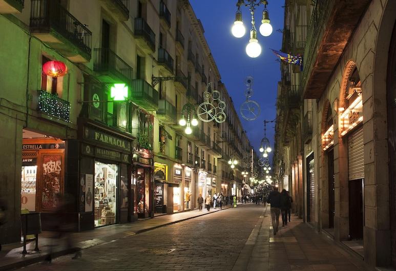 Aspasios Plaza Real Apartments, Barselona, Otelin ön cephesi (akşam)