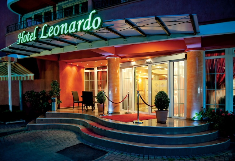 Hotel Leonardo, Skopje, Viešbučio fasadas vakare / naktį