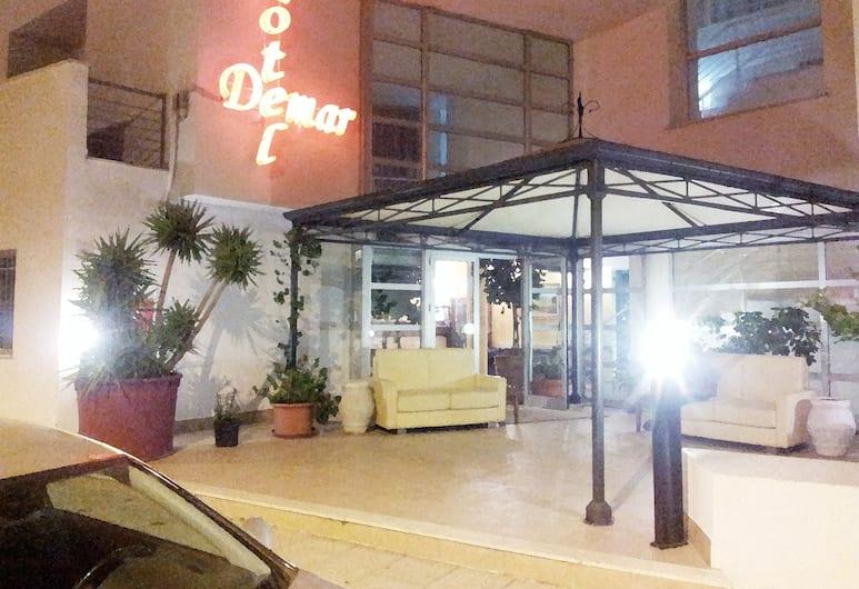 Hotel Demar, Olbia, Hotelfassade am Abend/bei Nacht