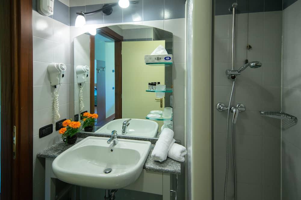 Улучшенный двухместный номер с 1 двуспальной кроватью, вид на озеро - Ванная комната