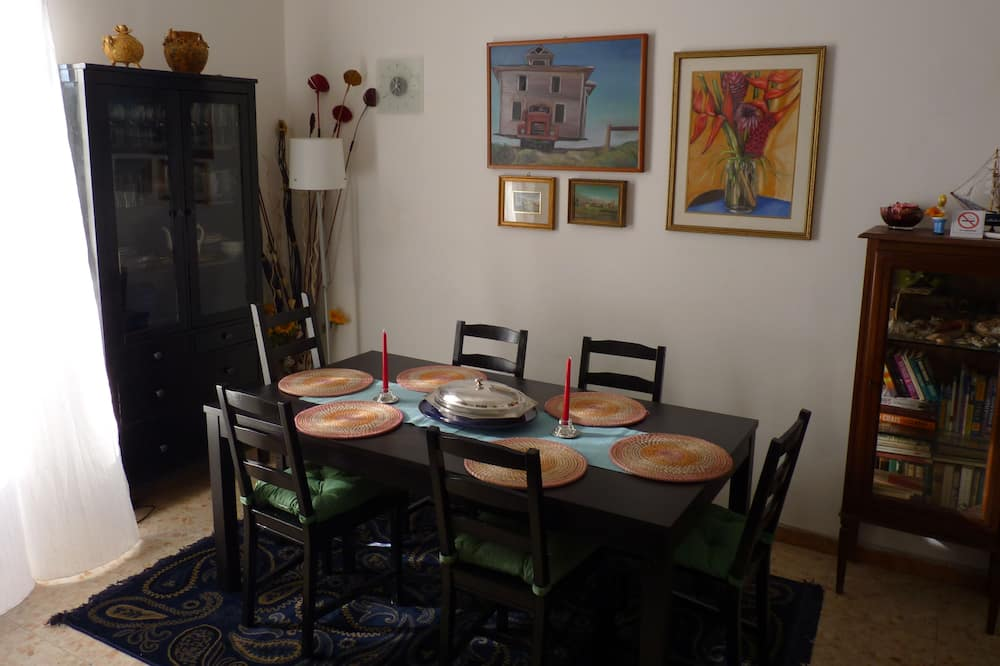 Apartment, 3 Bedrooms, 2 Bathrooms, City View - In-Room Dining