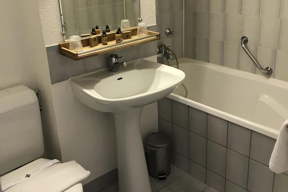 غرفة ثلاثية - حوض استحمام عميق