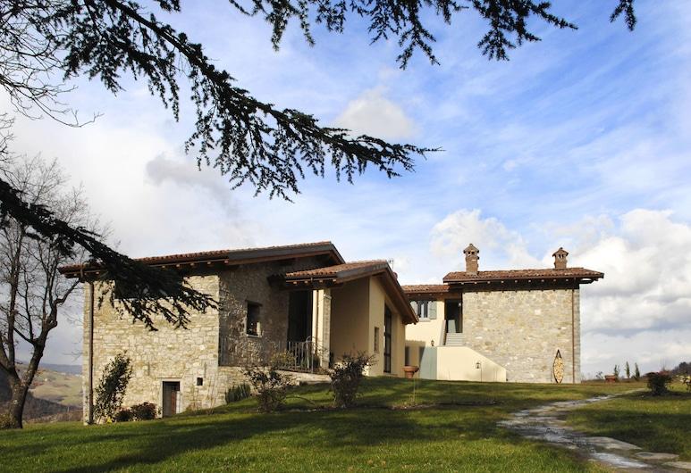 Borgo Pianello, Lizzano in Belvedere, Teren przynależny do obiektu