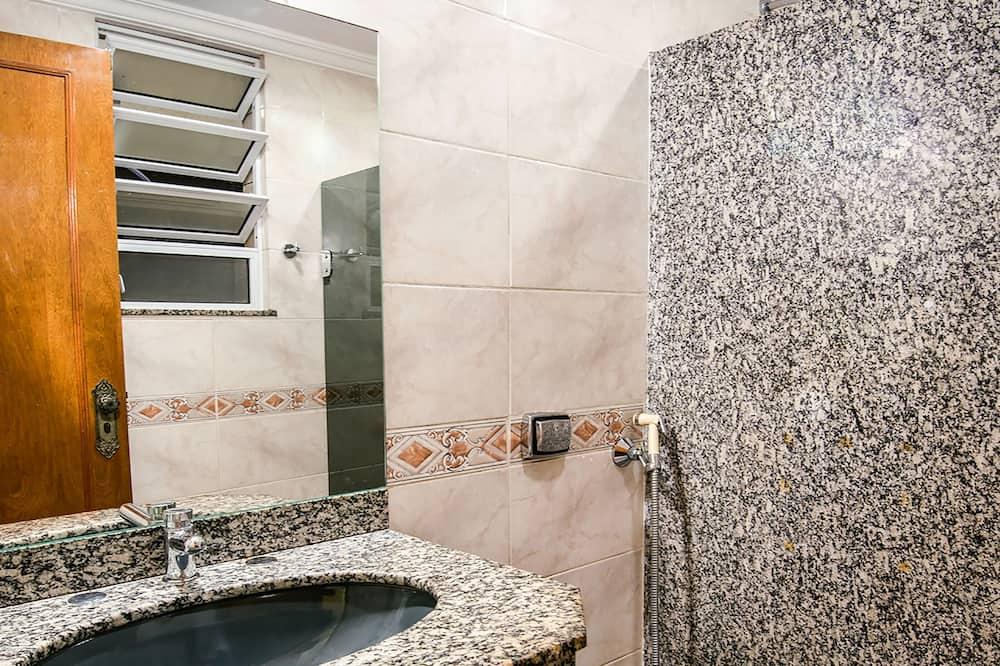 Economy Quadruple Room - Bathroom