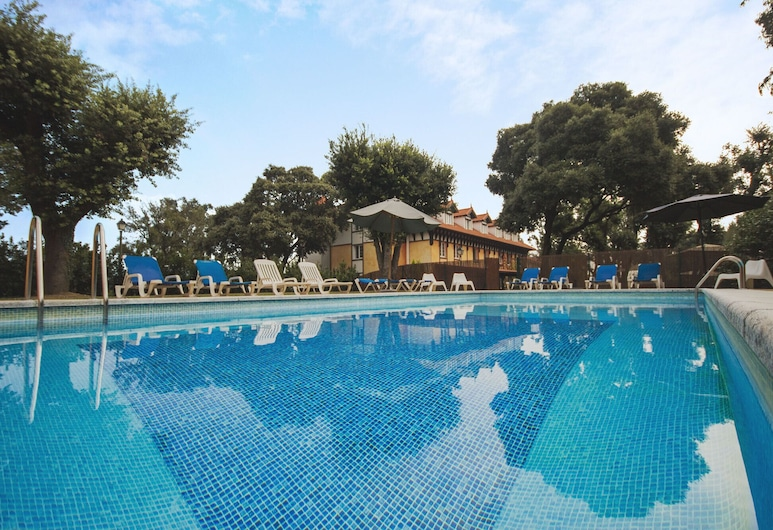 Torres de Somo, Ριμπαμόνταν Αλ Μαρ, Εξωτερική πισίνα