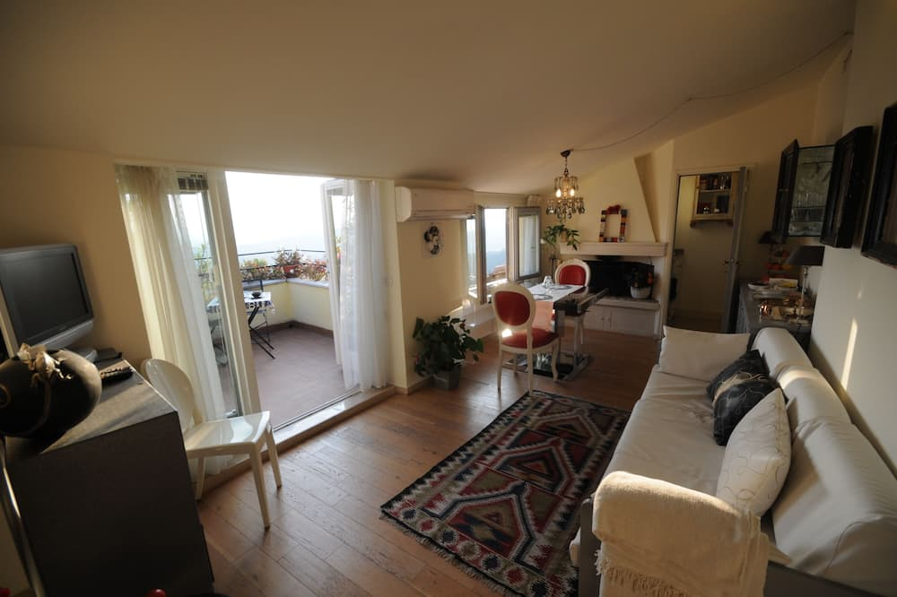 Apartment, 1 Bedroom (3 Adults) - Living Room