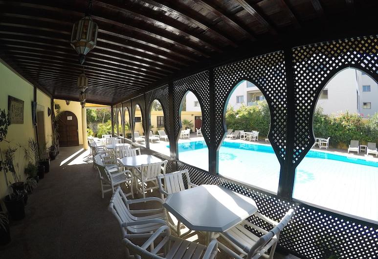 Riad Zahra, Esauira, Bar junto a la piscina