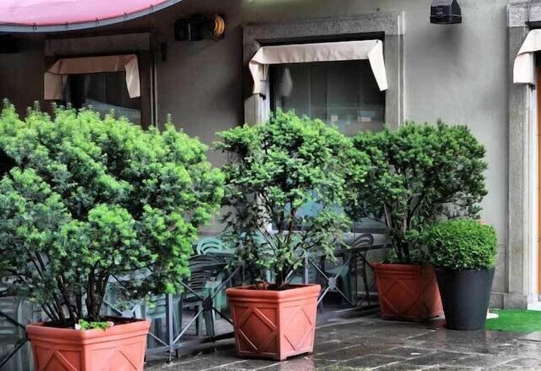 Le Petit Hotel, Turín, Entrada del hotel