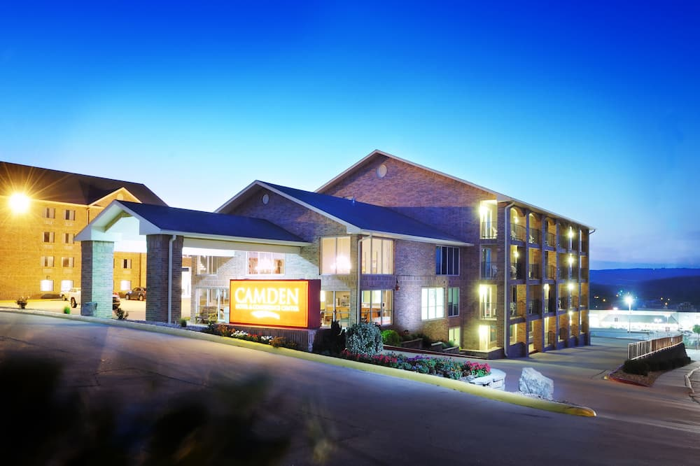 Hotelfassade am Abend/bei Nacht
