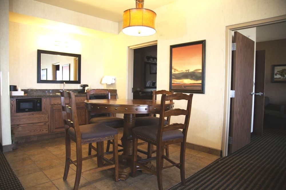 套房, 1 張特大雙人床和 1 張沙發床, 非吸煙房, 冰箱和微波爐 (with Sofabed) - 客房餐飲服務