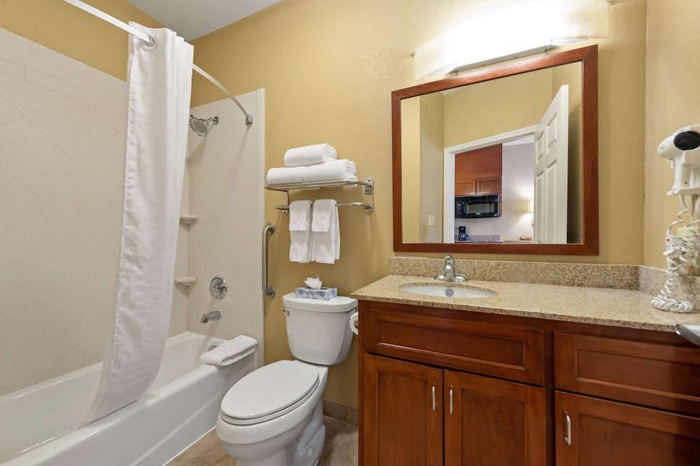 標準開放式客房, 1 張特大雙人床, 非吸煙房, 冰箱和微波爐 - 浴室