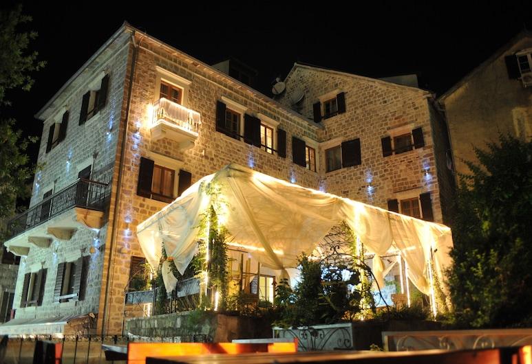 Hotel Villa Duomo, Kotoras, Viešbučio fasadas vakare / naktį