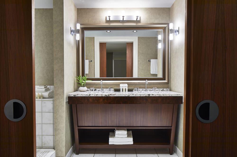 ห้องเอ็กเซกคิวทีฟสวีท, 1 ห้องนอน, ปลอดบุหรี่, วิวเมือง - ห้องน้ำ