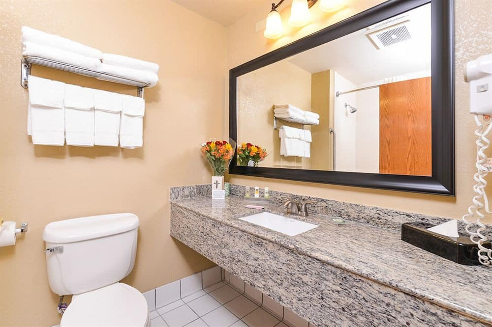 Zimmer, 2Queen-Betten, Nichtraucher - Waschbecken im Bad