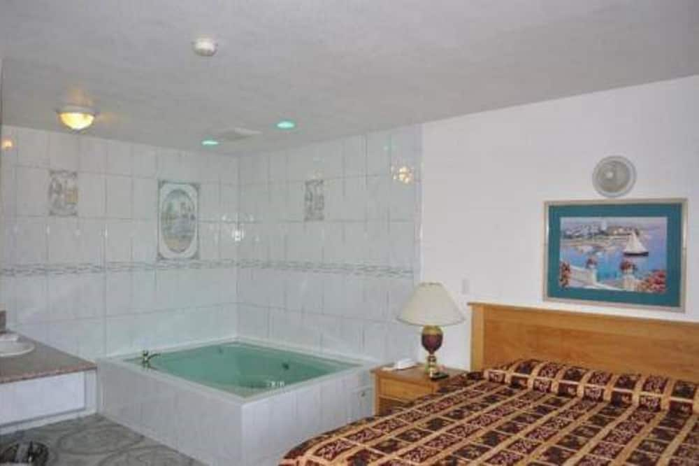 Deluxe Suite, Kitchen - Jetted Tub