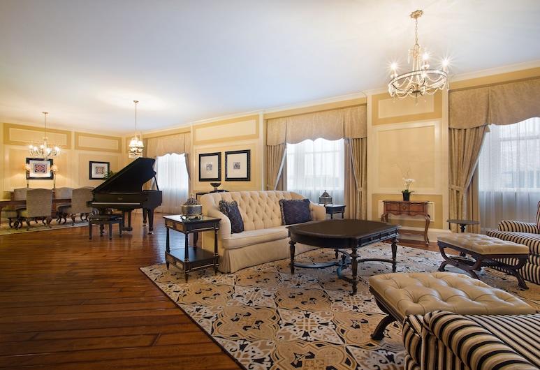 The Roosevelt New Orleans, A Waldorf Astoria Hotel, New Orleans, Elnöki szoba, egy king-size méretű ággyal, Nappali rész