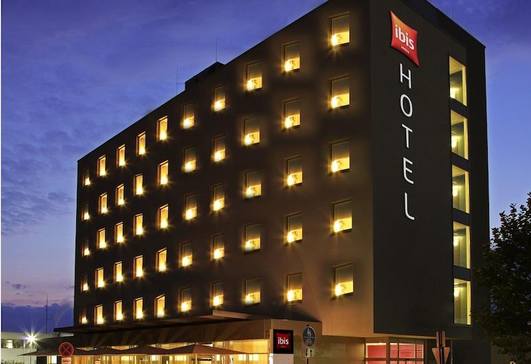 Hotel ibis Friedrichshafen Airport Messe, Friedrichshafen, Fachada del hotel de noche