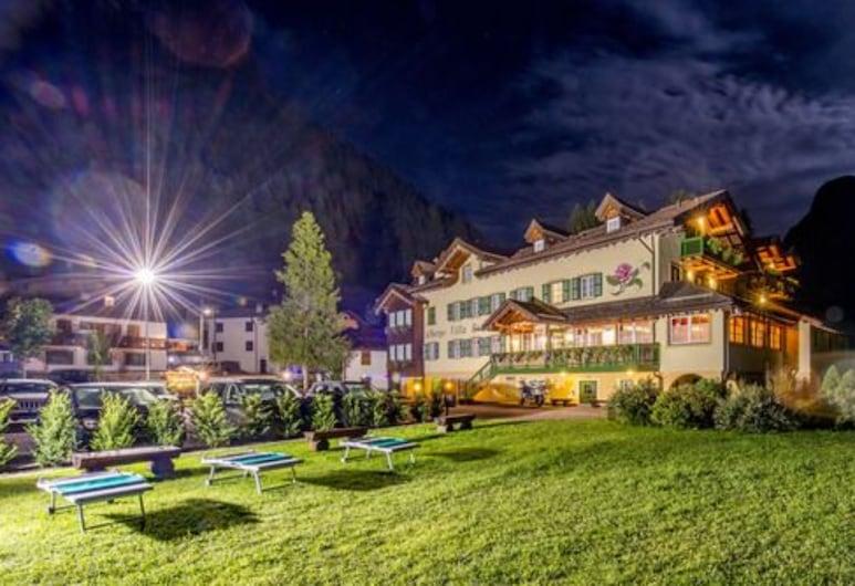 Hotel Villa Rosella, Canazei, Fachada del hotel de noche