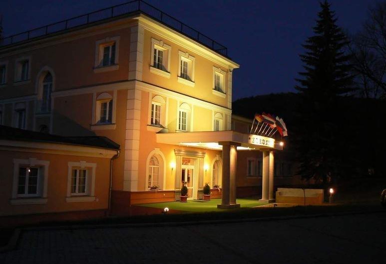 يوروهوتل جارني, كارلوفي فاري, واجهة الفندق - مساءً /ليلا