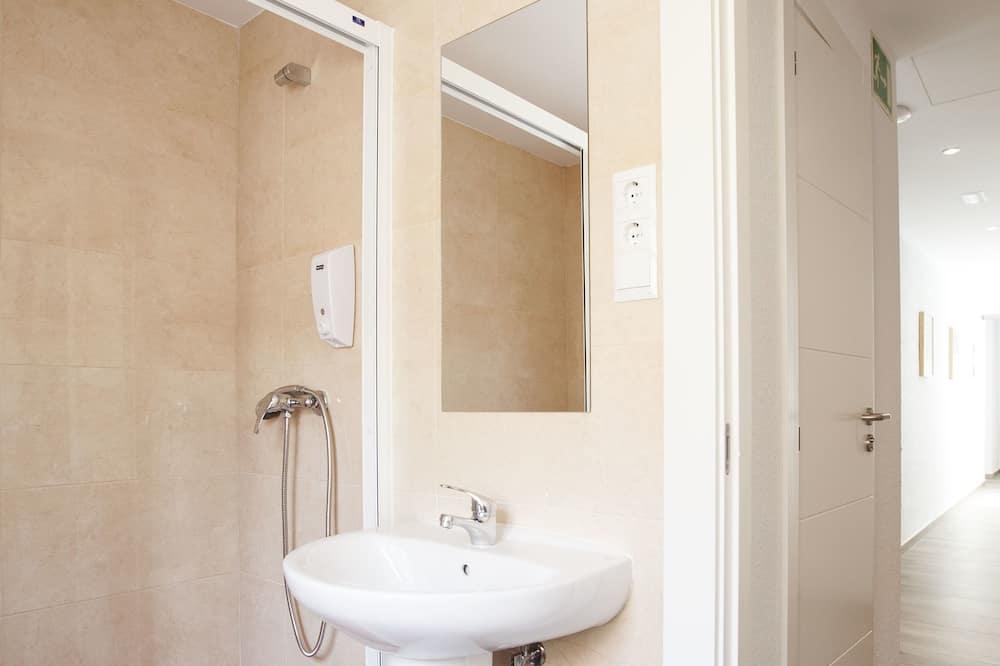 Vierpersoonskamer, gemeenschappelijke badkamer - Badkamer